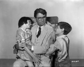 """Atticus Finch, Matar a un ruiseñor: """"si puedes aprender un sencillo truco, Scout, te llevarás mucho mejor con todo tipo de personas. Uno nunca llega a entender realmente a otra persona hasta que considera las cosas desde su punto de vista (...) hasta que se mete en su piel y camina con ella"""""""