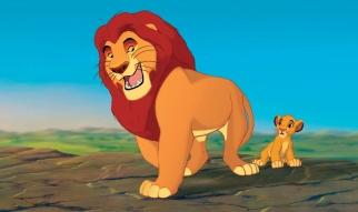 """Mufasa, El Rey León: Todo lo que ves existe junto en delicado equilibrio. Como rey, deberás entender ese balance y respetar a todas las criaturas, desde la hormiga que se arrastra hasta el antílope que salta"""". """"THE LION KING""""(L-R) Mufasa, Simba©Disney Enterprises, Inc. All Rights Reserved."""