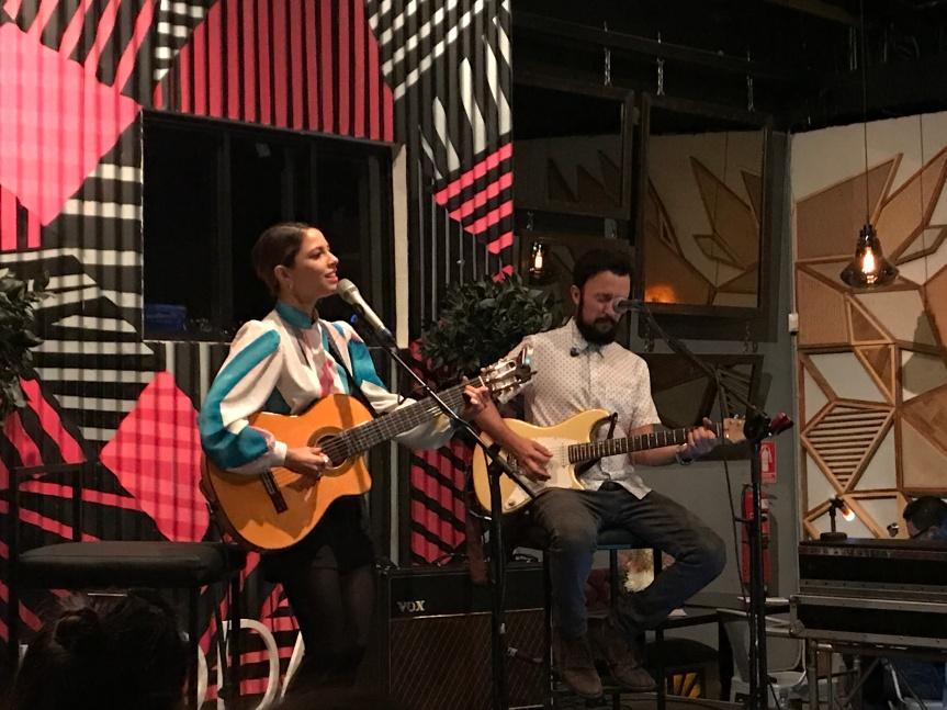 Debi Nova ofreció un showcase impecable en CasaJaguar